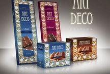 Kolekce ART DECO / Výborná čokoláda v atraktivním obalu - to je kolekce ART DECO. Kolekce obsahuje hořkou a mléčnou čokoládu s nevšedními příchutěmi a v neobvykle velkém balení 30 x 9 cm. Výborné jsou také čokoládové lanýže z mléčné belgické čokolády. Jsou vyrobeny speciálním postupem, aby tak získaly velmi jemnou konzistenci, která zajistí jejich pozvolné rozplynutí na jazyku.