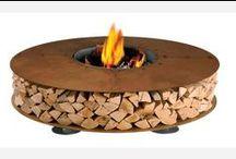 Houtopslag buiten / Mooie en handige manieren om je haardhout te bewaren. Zo blijft het droog en kun je je openhaard veilig stoken. Voor ideetjes om je houtblokken binnen te bewaren hebben we ook een bord.