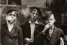 """Lewis Hine / Lewis Hine más allá de la construcción del Empire State Building. En sus fotografías los trabajadores aparecen dignos y heroicos como es el caso de la célebre """"Mecánico trabajando en una bomba de vapor"""" de 1920. Servirá de inspiración para el film Tiempos Modernos de Chaplin. La mayoría de estas imágenes pertenecen a un trabajo que dedicó a la explotación laboral infantil y cuya repercusión social favoreció el desarrollo de la legislación laboral."""
