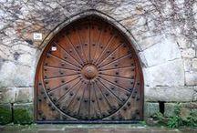 Azul. Cerramientos Puertas sin fronteras al mundo... y dentro de él... / Las PUERTAS nos protegen, guardan nuestra intimidad y secretos... pero las puertas cada día nos abren una inimaginable gama de oportunidades, aventuras, sorpresas y esperanzas...