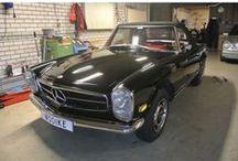 Mercedes-Benz 250 SL W113 / Mercedes-Benz SL-Klasse, 250 SL Pagode , type W113, brandstof benzine, model SL-Klasse, type 250SL Pagode, km. stand 25.300 miles, vermogen motor 149 PK (110 kW), aantal cilinders 6, bouwjaar januari 1968, kleur donkerzwart, bekleding Skai (Rood), transmissie handgeschakeld, 4 versnellingen, cilinderinhoud 2.496 cc. We hebben eindelijk weer eens een uitzonderlijk mooie 250SL Pagode gevonden, in een zeer mooie en zeldzame combinatie van lakzwart van buiten met rood interieur.