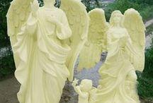 Andělé / Andělé jsou božské bytosti světla, jejichž nejvyšším cílem je chránit a pomáhat všem bytostem zde na Zemi. Andělé chrání kroky všech lidí a to i kroky těch, kdož tvrdí, že v jejich existenci nevěří.