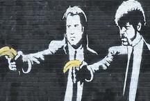 BANKSY / # Creadores. Figura central del street-art británico. Sigue la estela del francés Blek le Rat, si bien ha conseguido dotar a sus obras de una identidad visual (e ideológica) inconfundible. Se trata, posiblemente, del artista más reconocible del arte urbano: si tuviéramos que definir con imágenes qué es el street art, lo más probable es que nos viniera a la cabeza una de sus obras.