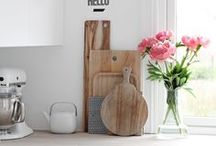 <Pretty Kitchens > / Here you'll find loads of ideas of lovely kitchen designs and decorating ideas + a variety of great products that will add up to your kitchen game.