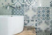 DECORA AMB MOSAICS HIDRÀULICS / Els mosaics hidràulics, han tornat amb molta força a la decoració, renovats i readaptats a la societat actual. Amb aquestes peces, pots aconseguir un toc personal al teu bany, utilitzant-les al terra o a les parets, creant elements decoratius.