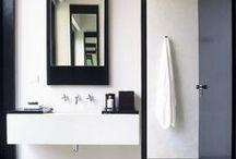 BANYS EN BLANC I NEGRE / La combinació blanc i negre ajuda a crear un espai elegant i atemporal. Són dos colors neutres: el color blanc aporta lluminositat a l'espai, i el color negre elegància i sobrietat. És la combinació perfecte per aconseguir un bany ideal.