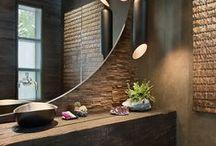 DECORA AMB MATERIALS NATURALS / Decorar el bany amb materials naturals com la fusta, la pedra, les fibres naturals o inclús amb l'ús de plantes i flors, et pot ajudar a crear espais acollidors, tranquils, especials i on et sentis a gust.