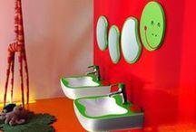 BANYS INFANTILS / A l'hora de decorar un bany, hem de tenir en compte qui en farà ús, i si és per als petits de la casa, encara més! En un bany per als nens, no hi poden faltar els colors vius, les peces del bany de mides reduïdes i algunes peces per poder garantir la seguretat dels més petits.