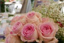 Blumendeko & Blumen Ideen / Blumen sind immer ein toller Hingucker. Aus Rosen, Tulpen, Hortensien könnt ihr einen wunderschönen Blumenstrauß oder Blumengesteck machen. Oft mit Efeu oder Schleierkraut dekoriert, habt ihr so einen sehenswerten Hingucker auf dem Tisch, Schrank oder Fensterbank im Wohnzimmer, Esszimmer, Küche oder Garten.