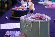 Nachtisch & Torten Ideen / Leckerer und süßer Nachtisch mit Pralinen, Plätzchen, Torten, Kuchen, Cake Pops, Vanille und Schokopudding, Panna Cotta, Crème brûlée, Mousse au Chocolat, Tiramisu, Obstsalat mit frischen Erdbeeren...  - es gibt so viele leckere süße Genüsse. Ob zum Mittagessen, Kaffee, Abendessen oder zu besonderen Anlässen. Mit besonderen Hochzeitstorten zur Hochzeit, Ideen für die Taufe, Kommunion, Konfirmation und natürlich zum Geburtstag - Anlässe für die süßen Leckereien gibt es genügend.