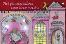 Het Prinsessenboek voor lieve meisjes / De illustraties van Hanneke de Jager zijn ware kunstwerkjes en samen met het boeiende verhaal op rijm maken ze dit boek tot het beste cadeau voor kleine prinsessen. Een voorleesboek om eindeloos in te blijven lezen en kijken.