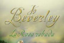 Biblioteca Jo Beverley / Jo Beverley fue una de las grandes autoras de novela romántica histórica, y una de las pocas nacida y criada en la Inglaterra donde se desarrollan sus historias. Cinco veces ganadora de los premios RITA, ha sido honrada y reconocida como una de las más importantes escritoras de los Romance Writers of América Hall of Fame.