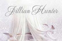 Biblioteca Jillian Hunter / Jillian Hunter nació en Escocia. Ha escrito más de veinte novelas, todas grandes éxitos, entre ellas las de la serie protagonizada por la familia Boscastle. Ha recibido premios como el Romantic Time Career Achievement Award.