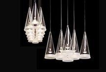 Flos / Die Lampenkollektionen der berühmten, italienischen Marke Flos umfassen eine Vielzahl an Designikonen, die die Designgeschichte merklich geprägt haben. Gegründet wurde sie im Jahr 1962. Jedes Jahr veranstaltet Flos eine Ausstellung von Neuheiten, die frei wirken und der Konkurrenz immer einen Schritt voraus sind. Der Erfolg lässt dabei nicht auf sich warten, denn die Marke Flos gewann bereits fünf der begehrten Compasso d'Oro, einer der renommiertesten Design Preise.