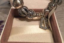 PANDORA / Браслет «Пандора» (Pandora)-это одно из самых модных, культовых украшений на сегодняшний день! Браслет «Пандора» отличается от других браслетов по легко узнаваемой форме: на гибкой струне браслета располагаются крупные бусины, так называемые шармы. Выберите подвески-шармы PANDORA по своему вкусу, скомбинируйте их и носите на модульном браслете PANDORA из серебра 925 пробы или золота 585 пробы, на кожаном браслете или матерчатом шнурке. Создайте браслет, который подчеркнет Вашу индивидуальность.