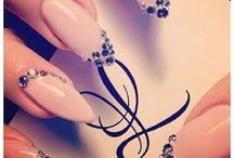 Unghii / Sunt unghii facute cu gel sau cu ojă.Ele sunt si naturale dar si false