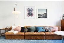 >> LIVING ROOM IDEAS / WOHNZIMMER << / Im Wohnzimmer sind wir mit Freunden und der Familie zusammen und verbringen dort die meisten Abende. Bequeme und formschöne Möbel, Accessoires die das eigene Leben widerspiegeln und stimmungsvolle Beleuchtung sind die Herzstücke jedes Wohnzimmers.