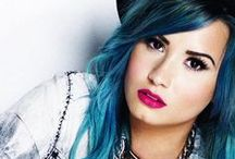 Demi Lovato /  Narodila se 20. srpna 1992, Albuquerque, Nové Mexiko, Spojené státy americké. Je americká zpěvačka, herečka a skladatelka. Ve filmu debutovala rolí v televizním seriálu pro děti Barney a přátelé. V roce 2008 ztvárnila hlavní roli Mitchie Torres v televizním filmu Camp Rock.
