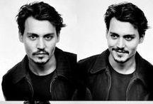 Johnny Depp / Narodil se 9. června 1963, Owensboro, Kentucky. Je americký herec, známý zvláště pro své výkony ve filmech Střihoruký Edward, Ospalá díra, Piráti z Karibiku, Hledání Země Nezemě, Alenka v říši divů nebo Karlík a továrna na čokoládu. Má hvězdu na Hollywoodském chodníku slávy.