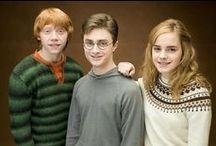 Harry Potter /  Je název řady fantasy románů britské spisovatelky J. K. Rowlingové. Romány zachycují dobrodružství mladého čaroděje, Harryho Pottera, a jeho přátel, Ronalda Weasleyho a Hermiony Grangerové, kteří všichni studují na Škole čar a kouzel v Bradavicích. Hlavním tématem příběhu je Harryho souboj s černokněžníkem známým Lordem Voldemortem, jehož cílem je dosažení vlastní nesmrtelnosti, dobytí čarodějnického světa a zničení všech, kdo mu stojí v cestě, zejména pak samotného Harryho Pottera.