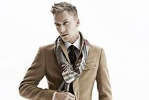"""Der jugendliche Typ als Mann / Kleidung, Outfit Kombinationen und Accessoires für den jugendlichen Mann. Diese Typ verkörpert eine gewisse """"ewige"""" Jugendlichkeit. Auch er legt Wert auf eine attraktive Erscheinung, um sein Gesicht und seine Figur in ein vorteilhaftes Licht zu rücken."""