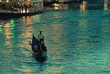 Olaszország / És valóban: a Földközi-tengerbe mélyen benyúló csizma alakú félsziget az északi Alpoktól a legdélibb pontjáig elbűvöl természeti szépségeivel. Vad, hegyi tájak Szicíliában és Szardínián, az ország két nagy szigetén; megannyi hangzatos nevű kis sziget a Tirrén-tengeren szétszóródva: Elba, Ischia, Montecristo...
