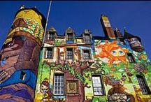 Színes graffitikkel borított Kelburn-kastély / Szerző: Mónok Gabriella | Ki mondta, hogy a váraknak szürke vagy barna külsejű, komor kőépületeknek kell lenniük? Glasgow grófjának átalakított vára a legkiemelkedőbb egész Skóciában! A Kelburn-kastély Fairlie közelében, mintegy 35 mérföldre, nyugatra Glasgowtól található, mely a Boyle család otthona a XIII. században történt megépítése óta, így ez a vár az egyik legrégebbi Skóciában, amely folyamatosan ugyanazon család tulajdonában van.