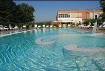 Piscina / Che ne dite di un tuffo in piscina? Un luogo dove l'acqua è vissuta come elemento essenziale, come una fonte di armonia inesauribile per rilassare e rigenerare corpo e spirito.