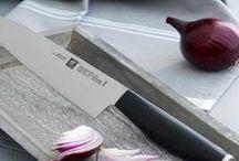 Nueva línea de cuchillos ZWILLING® MOTION / Colección de cuchillos de hoja endurecida al frío FRIODUR® , acero inoxidable especial Zwilling con logotipo integrado, serie ZWILLING Motion. Mango sintético, cómodo y antideslizante. Diseñado por Matteo Thun