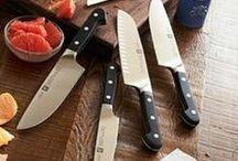 Cuchillos de cocina Zwilling Pro / ZWILLING® PRO - Lo clásico, evoluciona.  Los cuchillos ZWILLING PRO conservan la simbiosis perfecta entre la técnica innovadora, el diseño tradicional y la más absoluta precisión. Esta serie, compuesta por todo tipo de cuchillos, desde los de mechar hasta los Santoku, contiene todo lo necesario para el trabajo en la cocina. Ya puede disfrutar de una serie lista para cumplir con todas las exigencias que imponen actualmente los cuchillos de cocina: alta calidad y forma perfecta.