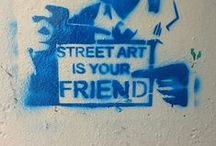 Urban-Art: Street-Art / Stencil / Graffiti / Kunst muss nicht zwangsläufig hinter verschlossenen Türen im stillen Kämmerchen statt finden. Kunst kann auch öffentlich auf der Straße ausgelebt werden und dabei provozieren, Denkanstöße geben oder einfach nur unterhalten. Urban-Art und tut genau dies. Weil wir den Grundgedanken dieser Kunstrichtung absolut unterstützen, haben wir bereits einige Bücher zu den zahlreichen Spielarten der Urban-Art (z.B. Street-Art, Stencil-Kunst oder Graffiti) herausgebracht und diese Pinnwand ins Leben gerufen.
