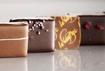 """Collection Chocolat / En partenariat avec des Cacao féviers expérimentés travaillant en relation directe et durable avec des planteurs de cacao choisis, la maison Le Lautrec a élaboré une gamme de chocolat répondant à ses exigences de qualité et de goût authentique. La gamme offre des chocolats noirs dit """"1er Crus de Plantation"""" (traçabilité jusqu'à la plantation, gage de goût unique et """"vrai"""") couvrant une large palette de saveurs, des chocolats au lait aussi issus de terroirs remarquables !"""