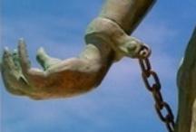 Clips over Slavernij: Slavernijverleden / Clips over Slavernij daagt jongeren uit om hun mening en ideeën over het slavernijverleden en hedendaagse vormen van slavernij te verbeelden in een animatieclip. Deze clips worden breed verspreid via sociale media en publieke vertoningen om slavernij onder de aandacht te brengen bij een groot publiek. http://www.clipsoverslavernij.nl