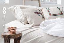 Mesele Kandıra Bezi Yastık-Linen Cushion / Romalılar'ın 'çalı yırtmaz' dediği ve yelkenlerde kullandığı, Mısırlılar'ın nem çekme özelliğiyle mumyalara sardığı kandıra bezi; özellikle Kocaeli bölgesinde meşhur eski bir Anadolu dokumasıdır. These linens were used by Romans for making sails, while Ancient Egyptians used them to wrap mummies due to their ability to absorb moisture. They are also a famous traditional Anatolian textile, particularly those from the Kacaeli region.