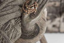 Mesele Tesbih Kolye - Mala Necklace / Elde dizilen taş ve ağaç boncukların ucuna; üzerindeki sembolün özel güçlerini taşıyan ve elde dövülen kalıplardan üretilen bakır paralar takıldı. Aralara hakiki turkuaz, yeşim taşı ve lav taşları serpiştirildi.The simply beautiful, spiritual, and natural malas feature stunning stone and wooden beads, with turquoise, jasper stone and lava stones in between. The hand-wrought copper coin pendants bestow malas the powers of the symbols that they are engrained with.