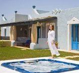 Ville / Situate su un piccolo promontorio a 800 metri dal mare, le ville sono ubicate nell'area residenziale all'interno del residence Marsa Siclà. L'architettura e l'arredamento si ispirano ad un abbraccio di culture del Mediterraneo, dalla Grecia alle Isole Eolie.