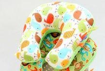 Rogale (zagłówki) - Mała Wytwórnia / Tym razem mamy coś dla podróżujących - wygodną i praktyczną poduszkę w kształcie rogalika. Podczas jazdy daje poczucie wygody i komfortu. Doskonale sprawdza się u dorosłych jak i u dzieci:) Tanie i praktyczne! Rogale występują w dwóch rozmiarach: 27 x 24 cm oraz 32 x 29 cm. Cena: 30 zł (niezależnie od rozmiaru).  Na życzenie doszywany jest uchwyt (dodatkowa opłata).