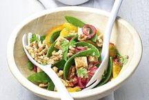 Knackige Salate mit kalifornischen Walnüssen / Nichts geht doch über einen frischen Salat mit kalifornischen Walnüssen! Sie sind nicht nur schnell und einfach zubereitet, sondern überzeugen auch durch ihre Vielfalt – egal zu welcher Jahreszeit. Als Topping verleihen knackige Walnüsse den leckeren Vitaminbomben die gewisse Portion Crunch!
