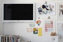 Soluzioni per la tv / Prova a trasformare la tv in un complemento d'arredo, nascondendo i cavi e appendendolo al muro come un quadro tra altri quadri.