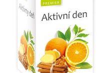 Premier čaje / + Extra silná chuť a výrazná vůně. + Speciální kombinace ovoce, bylin a koření. + Široká sortimentní nabídka.        Na okamžik zastavte a nechte se unášet jedinečnou chutí a vůní ovocných a bylinných čajů prémiové kvality. Jsou výborné nejen v zimě pro zahřátí, ale i v létě je lze po vychlazení použít jako osvěžující nápoj.  Díky širokému výběru ovocných chutí, zahrnujících místní i tropické ovoce, exotické koření či stále více oblíbený zázvor, si každý milovník čaje přijde na své.