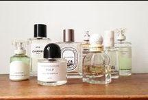 """Les Parfums  / Ni simple parfumerie, ni concept store, Senteurs d'Ailleurs se présente comme un écrin unique pour s'ouvrir à un univers olfactif rare et exclusif; autrement dit, la parfumerie """"alternative"""" du 3ème millénaire. Dédiée aux fragrances de créateurs, cette enseigne présente une façade imposante et des vitrines parfaitement mises en scène."""