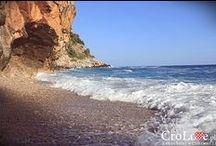 Konavoske Stijene - Pasjača beach, Croatia - Chorwacja / Konavoske Stijene, po polsku strome klify znajdują się na południowym wschodzie. W regionie Konavle, rozciąga się 20 km ściana skał. Kamieniste wybrzeże stromo schodzące do Adriatyku, u podnóża której można znaleźć niewielkie, romantyczne plaże pokryte drobnymi kamieniami, To najdłuższy ciągły pas klifu, który w niektórych miejscach osiąga 300 m, a średnio 150 m wysokości || Więcej tutaj: http://crolove.pl/konavoske-stijene-strome-klify-poludniowej-dalmacji/