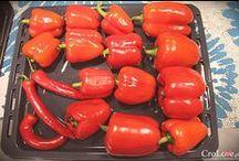 Chorwacki Ajvar / Pochodzący z kuchni serbskiej ajvar to pasta przyrządzana z papryki słodkiej, bakłażanów i pomidorów z dodatkiem czosnku, octu oraz przypraw takich jak sól, pieprz i chili. To właśnie ilością chili regulujemy pikantność ajvaru, który w sklepach dostępny jest jako łagodny (blagi) i pikantny (ljuti). Więcej na http://crolove.pl/przepis-na-ajvar/