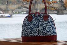 Dilians Blaudruck Schultertasche / Dilians Blaudruck Schultertasche aus Leinen, handbedruckt und handgefärbt in Indigo, kombiniert mit rotem Leder