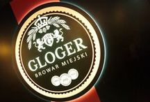Restauracja Gloger House / Kuchnia restauracji Gloger House oferuje pełen zakres dań ciepłych z domowej kuchni polskiej: od tradycyjnych zup z rosołem włącznie, poprzez flaczki, na prawdziwym schabowym z kością kończąc. Wychodzimy z założenia, że do dobrego piwa chce się dobrze zjeść ! Smaczny tradycyjny polski obiad, dopełniony wyśmienitym piwem pozwoli naszym klientom zapomnieć o troskach dnia codziennego i w pełni oddać się relaksowi.