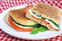 Сэндвичи / Два куска хлеба, между которыми зажат сыр, колбаса и лист латука - вот, собственно, и есть изобретение лорда Сэндвича, подарившее ему гастрономическое бессмертие.  Желательно, чтобы сэндвич был таких габаритов, чтобы одним укусом можно было одолеть все слои разом. Ну и хлеб - или что там используется вместо хлеба - были отменно хороши. Впрочем, как и все остальное.