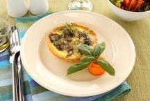 Тарталетки / Тарталетки - небольшие чашечки из теста, приготовленного по определенному рецепту, которые заполняют различными начинками - мясными, рыбными, грибными, овощными. По не которым рецептам в тарталетки с начинкой добавляют соус, а затем ненадолго оставляют в духовке, чтобы соус загустел. Для тарталеток оптимально подходит песочное тесто с добавлением яйца или желтка.