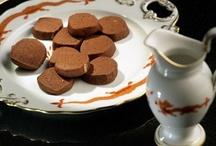 Печенье / Рассыпчатые и мягкие, ломкие и хрустящие, пряные и шоколадные - печенье бывает разным и подходит ко всему: и к кофе, и к какао, и к молоку, и к десертному вину, не говоря уже про долгие зимние чаепития. А общее у них одно - все это печенье одинаково просто приготовить.