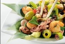 Тайская кухня / В основе тайской кухни - умение сочетать пять вкусов - сладкий, кислый, соленый, горький и острый. Часто трудно определиться, каково же блюдо на вкус - кислое или сладкое, а может быть сладкое и соленое. Кокосовое молоко, перечная паста и разнообразные корешки помогут в создании эталонов свежести и пряности!