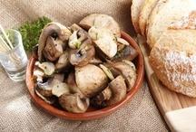 Блюда с грибами / У этих грибов нет сезона. Они одинаково хорошо растут и летом, и зимой. Они продаются даже в самых неделикатесных магазинах, что, безусловно, несколько портит их гастрономический шарм. Меж тем в гастрономическом смысле простой шампиньон обладает массой возможностей, начиная от формы и заканчивая содержанием.   Шампиньоны можно есть вареными и жареными, тушеными и печеными, а можно и просто сырыми, сбрызнув лимонным соком и оливковым маслом.